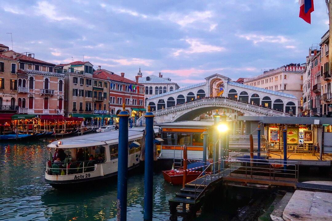 ベネチア 運河 イタリア ゲイカップル
